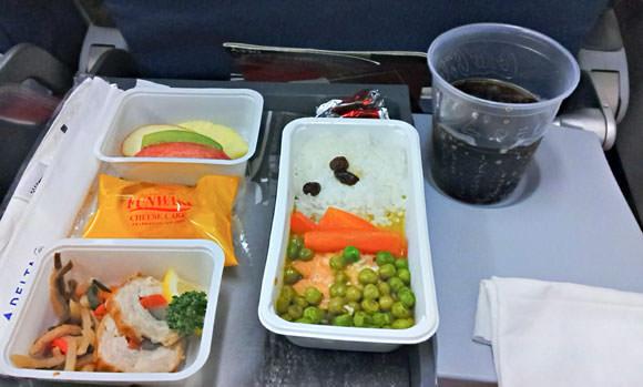 機内食 サーモンソテー、野菜の鶏肉巻きと煮物、フルーツとベイクドチーズケーキ