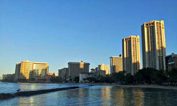 ワイキキビーチからお高いホテル群を望む