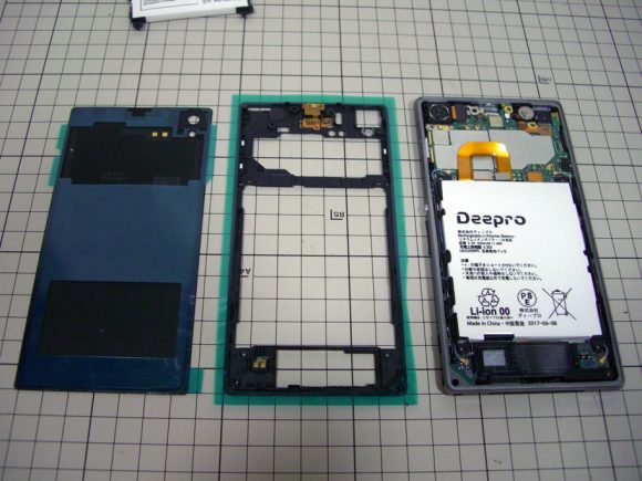 裏蓋と内部フレームに両面テープを貼り付けたところ