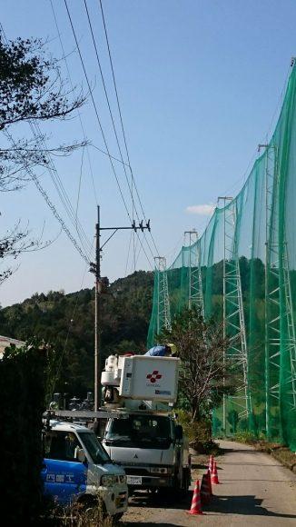 ゴルフ場のネットが風にあおられないようにしていたワイヤーケーブルが切れて電線にひっかかっている